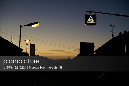 Fußgängerüberweg am frühen Morgen - p1578m2216224 von Marcus Hammerschmitt