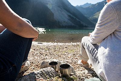 Zwei Tassen vor Bergseekulisse - p1142m2053254 von Runar Lind