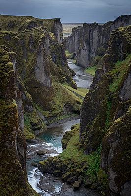 Fjaðrárgljúfur - p973m2021419 von Jennifer Rumbach