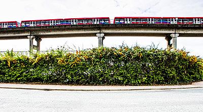 Zug auf einer Brücke - p1082m1477401 von Daniel Allan