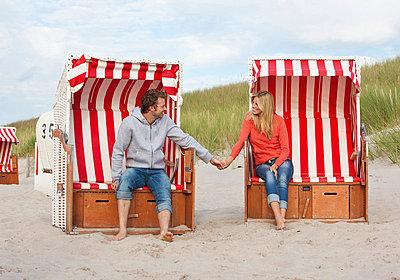 Paar sitzt Hand in Hand in Strandkörben - p4737822f von STOCK4B-RF