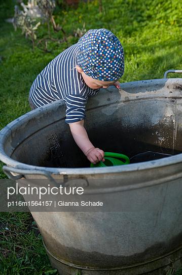Mädchen spielt im Garten - p116m1564157 von Gianna Schade