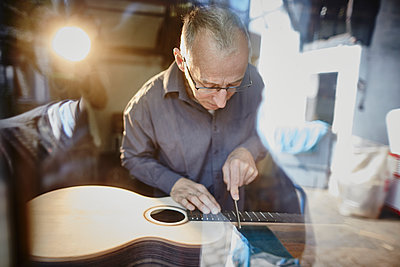 Gitarrenbauer arbeitet in seiner Werkstatt - p1359m1221829 von Great Images
