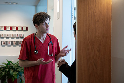 Doctor speaking to a patient - p1650m2272174 by Hanna Sachau