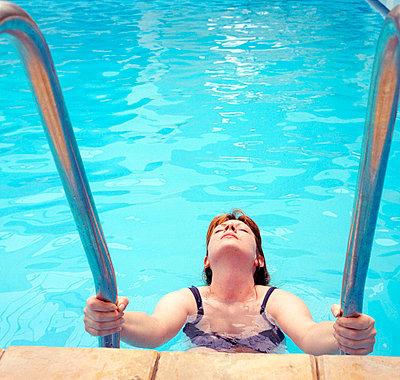 Woman in the pooli - p3225279 by Sari Poijärvi