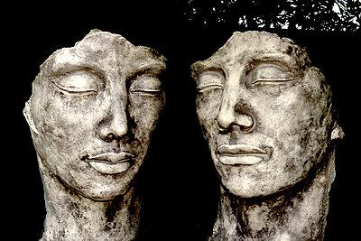 Zwei Köpfe aus Stein - p451m1486644 von Anja Weber-Decker