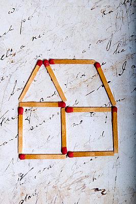Haus aus Streichhölzern auf altem Brief - p451m2043638 von Anja Weber-Decker