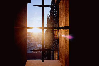 Kirchenturm im Fenster - p991m1093873 von Metin Fejzula