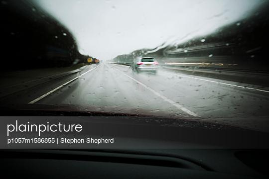 Autos unterwegs auf nasser Straße - p1057m1586855 von Stephen Shepherd