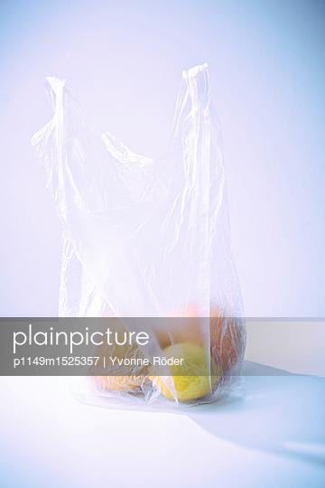 Einkaufstüte mit Obst - p1149m1525357 von Yvonne Röder