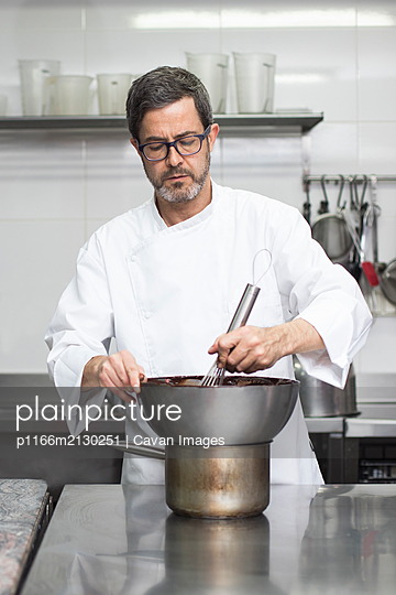 Chef using bain marie in kitchen - p1166m2130251 by Cavan Images