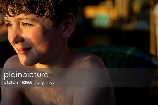 Junge in der Abendsonne - p1212m1152965 von harry + lidy