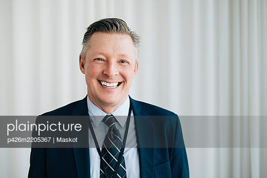Portrait of happy entrepreneur in office - p426m2205367 by Maskot