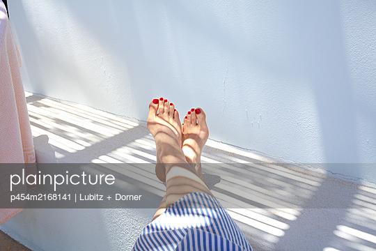 Füße hoch  - p454m2168141 von Lubitz + Dorner