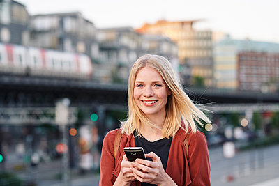 Young woman using smartphone - p1124m2052966 by Willing-Holtz