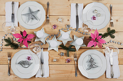 Festively decorated table for Christmas - p300m1535627 by Gaby Wojciech