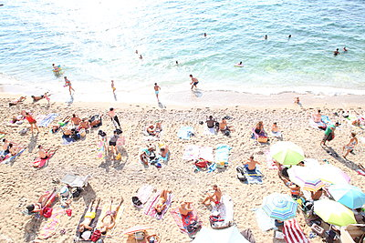 A great many of holidaymakers at plage des Sablettes - p1289m2007935 by Elisabeth Blanchet