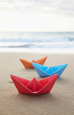 Papierboote am Strand - p4642045 von Elektrons 08