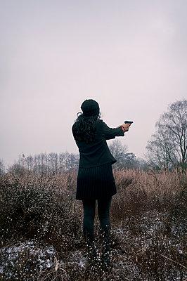 Frau mit Pistole - p470m2064966 von Ingrid Michel