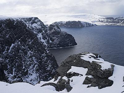 Verschneite Felsküste am Nordkap - p945m1477438 von aurelia frey