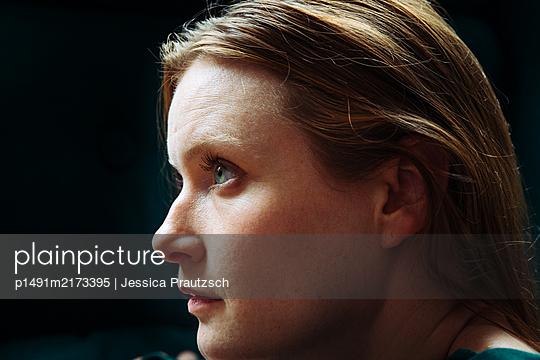 Portrait einer jungen Frau im Profil - p1491m2173395 von Jessica Prautzsch