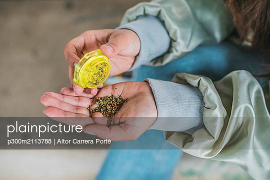 Woman preparing Marihuana joint, close-up - p300m2113788 von Aitor Carrera Porté
