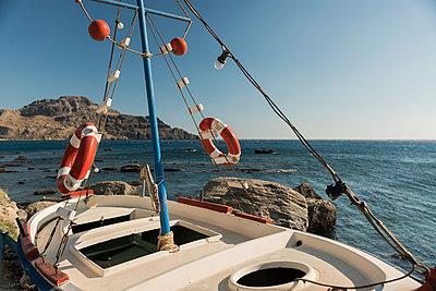 Altes kleines Fischerboot auf Kreta - p081m1182146 von Alexander Keller