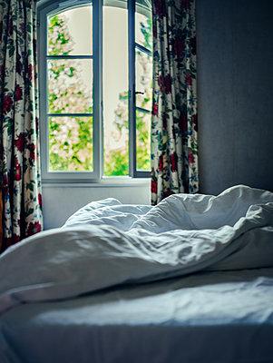 Offenes Fenster mit Bett - p1053m2027115 von Joern Rynio