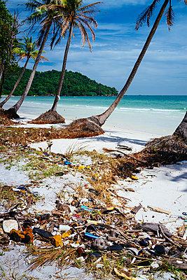 Müll am Strand - p1053m967998 von Joern Rynio