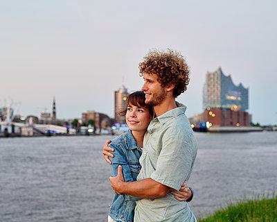 Paar an der Elbe gegenüber der Elbphilharmonie - p1124m1150179 von Willing-Holtz