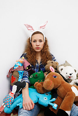 Young woman with stuffed animals - p2370676 by Thordis Rüggeberg