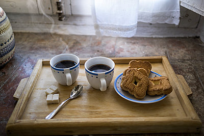 Wooden tray with two cups of coffee and biscuits - p300m1140682 by Richárd Bellevue