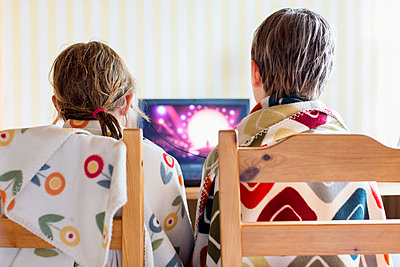 Brother and sister using laptop - p312m1211186 by Susanne Kronholm