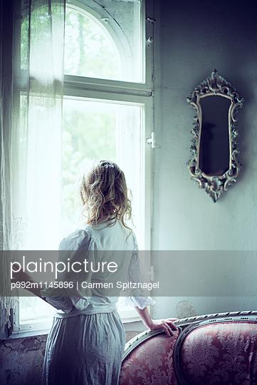 Blick aus dem Fenster - p992m1145896 von Carmen Spitznagel