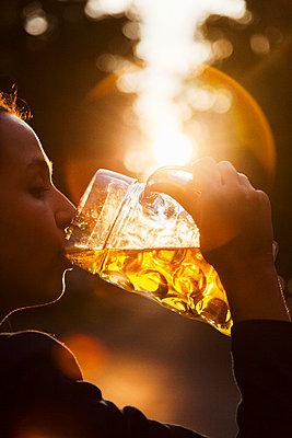 Frau trinkt ein Bier - p1008m1169078 von Valerie Schmidt