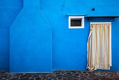Blaues Haus in Burano - p1256m2098963 von Sandra Jordan