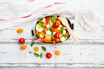 Tortellini salad with tomato, mozzarella and basil in lunch box - p300m2024033 von Larissa Veronesi