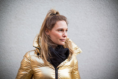 Smiling woman looking away - p312m2162076 by Hanna Ågren