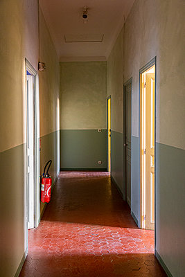 Corridor of an old flat in the heart of Aix-en-Provence with its floor tiles - p778m2288511 by Denis Dalmasso