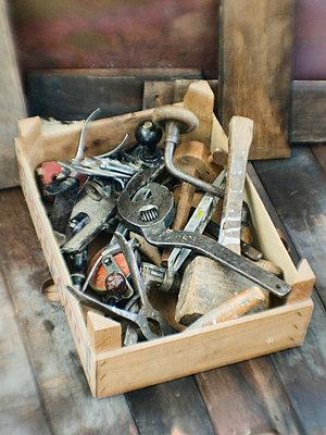 Kiste mit altem Werkzeug - p8260066 von Roy Botterell