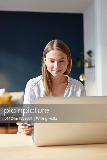 Young woman online banking - p1124m1589381 by Willing-Holtz