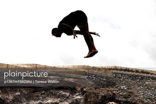 Sprung in die Tief - p1367m1582984 von Teresa Walton