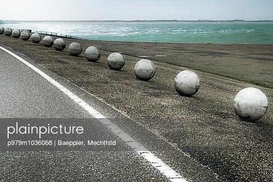 Strasse am Meer - p979m1036068 von Baeppler, Mechthild