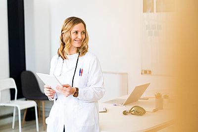 Adult woman doctor in a hospital, studio or clinic - p300m2265403 von Giorgio Fochesato