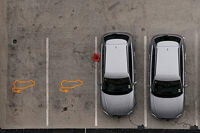 Elektroautos aufladen - p470m1539080 von Ingrid Michel