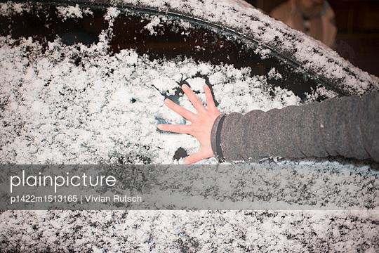 Hand im Schnee - p1422m1513165 von Vivian Rutsch
