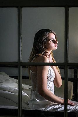 Junge Frau auf dem Bett - p1019m2134112 von Stephen Carroll