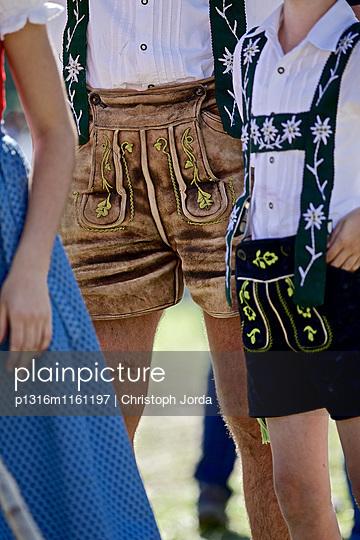 Menschen in traditioneller Kleidung beim Viehscheid, Allgäu, Bayern, Deutschland - p1316m1161197 von Christoph Jorda