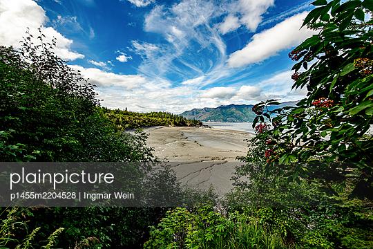 View over beach onto mountain range, Alaska - p1455m2204528 by Ingmar Wein