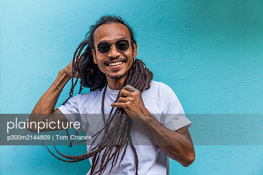 Portrait of smiling mature man with dreadlocks - p300m2144809 by Tom Chance